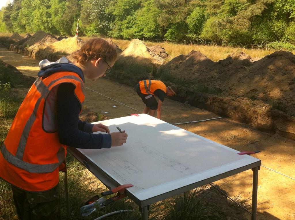 Vlaktekenen: studenten leggen de grondsporen vast in een technische schaaltekening